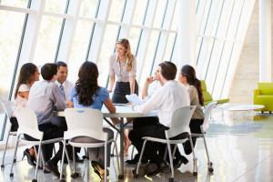 Des gens d'affaire et des comptables participant à une réunion