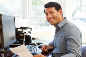 Un travailleur autonome travaille dans son bureau situé à la maison