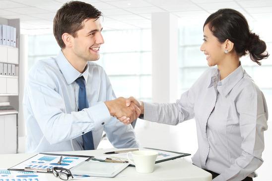 Un employeur sert la main d'un employé potentiel